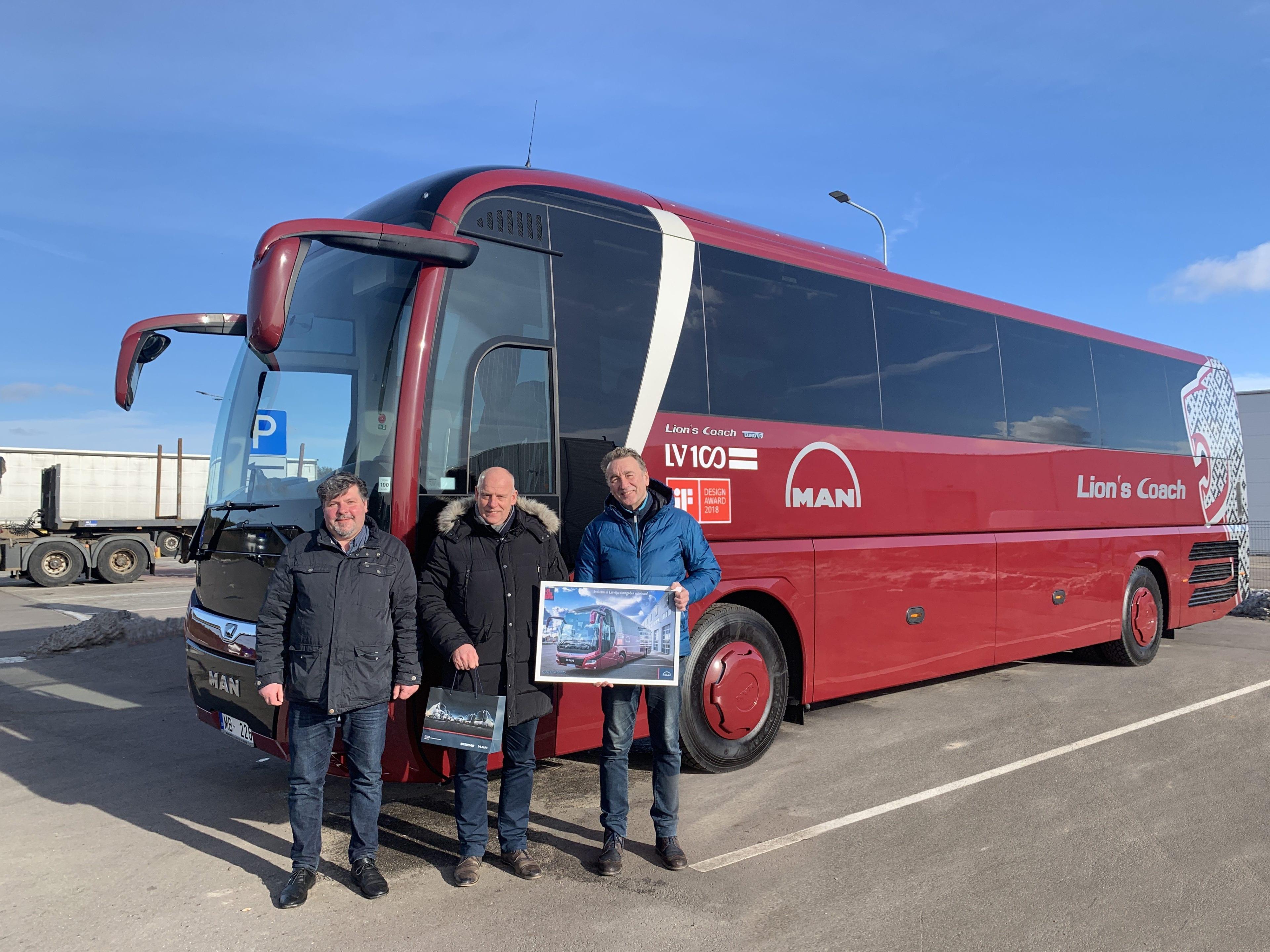 Автобус, посвященный столетию Латвии, получили лиепайчане