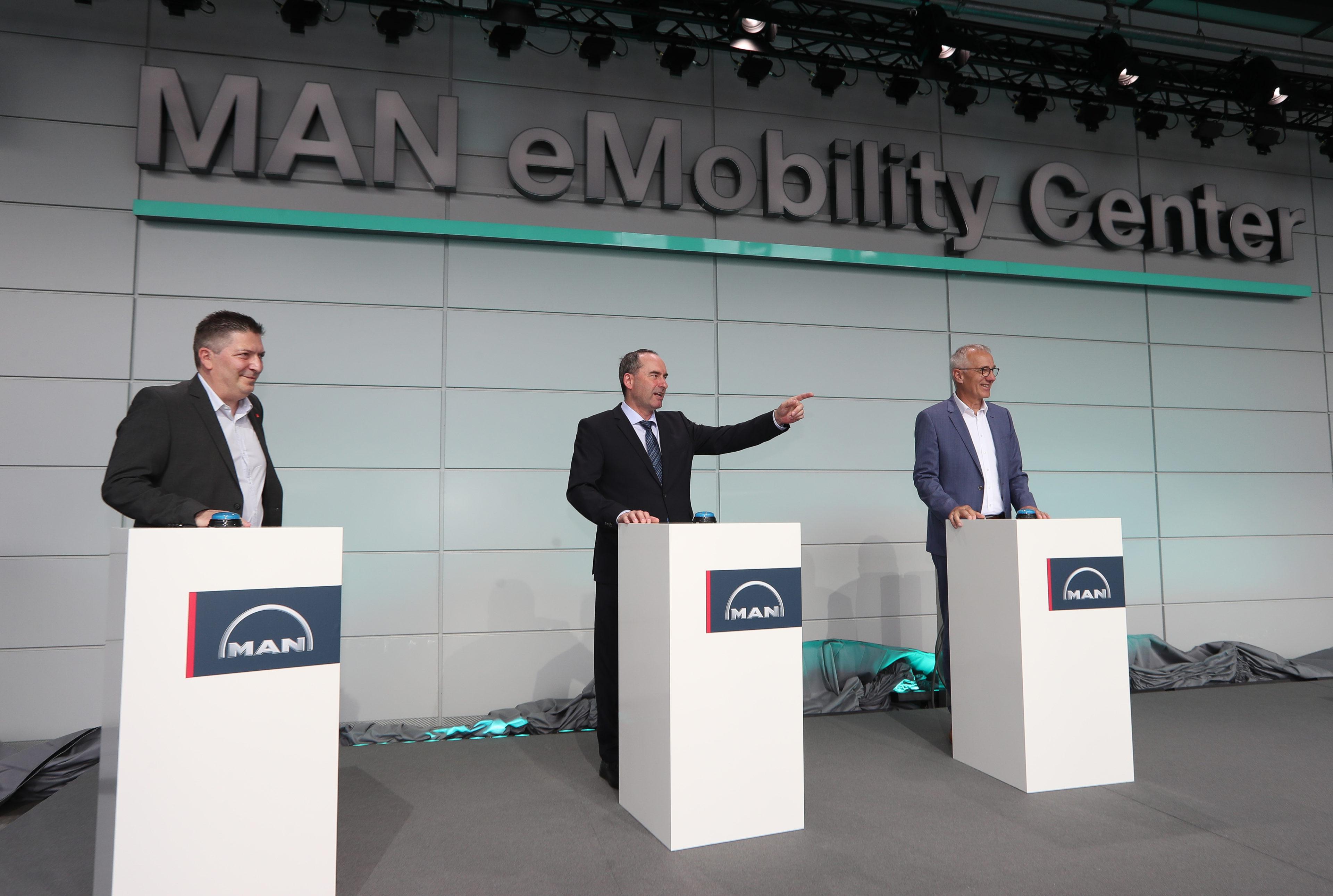 Durvis ver MAN e-mobilitātes centrs: MAN rūpnīca Minhenē pievēršas elektrotransportam